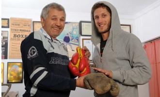 El campeón le regaló a su hijo sus primeros guantes cuando tenía 4 años.