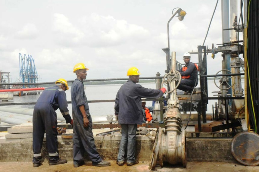 NNPC officials working on vandalised pipeline