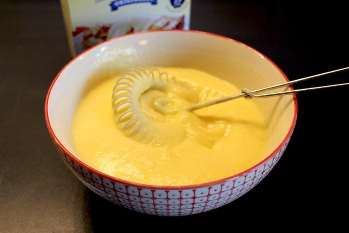 Efter en stund får du en tjock och krämig vaniljkräm. Ha i lite extra vaniljsocker för godare smak.