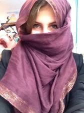 Andreea in pauza de dinainte de ora de romana cind studiau Persepolis - 2014