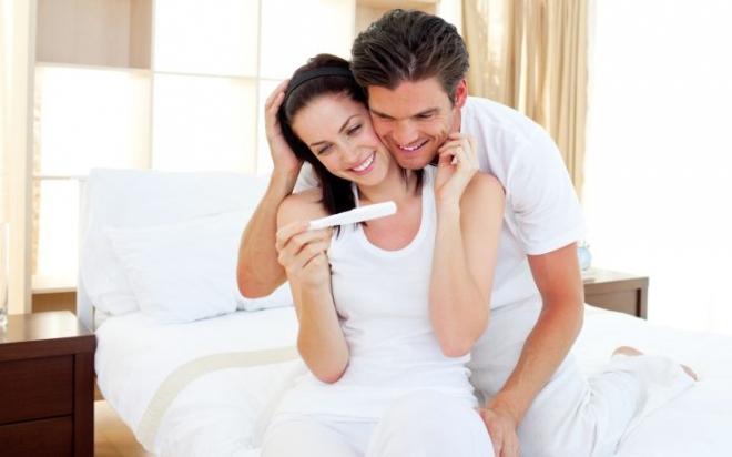 Happy-couple-pregnancy-test.jpg