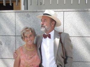 """Los doctores e investigadores Mercedes Pérez Fernández y Juan Gérvas, autores del libro """"Sano y salvo""""."""