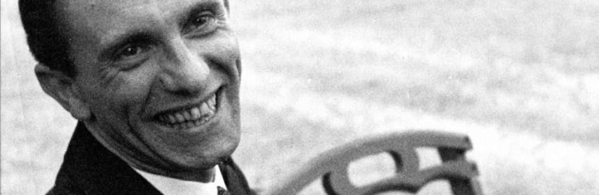 Fotka židovského fotografa Alberta Eisenstaedta, zachytávajúca Goebbelsa na záhrade. O identite fotografa v tom období Goebbels nevedel .