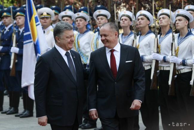 Ukrajinský prezident Petro Porošenko (vľavo) a slovenský prezident Andrej Kiska sa usmievajú počas prehliadky čestnej stráže v rámci uvítacieho ceremoniálu 20. mája 2015 v Kyjeve. (TASR)