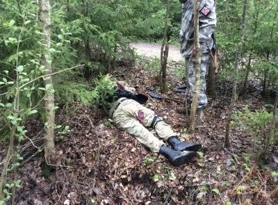 Povstalecký vojak sa díva na pozostratky ukrajinského gardistu u DRG foto_prokuratúra LNR