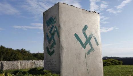 zniszczony_pomnik_w_jedwabnym_640x0_rozmiar-niestandardowy