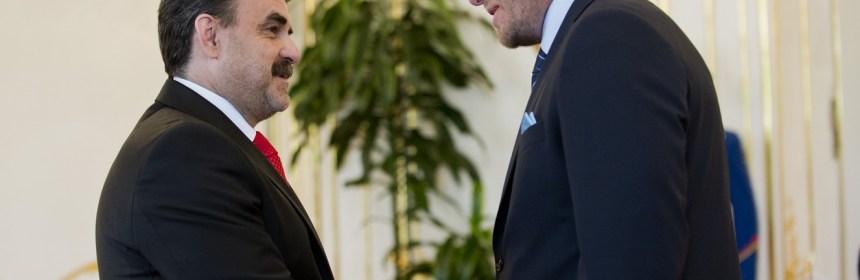 Prezident SR Ivan Gašparovič vymenoval za nového generálneho prokurátora Jaromíra Čižnára 17. júla 2013 v Bratislave. Na snímke predseda vlády Robert Fico (vpravo) podáva ruku novému generálnemu prokurátorovi SR Jaromírovi Čižnárovi. FOTO TASR - Michal Svítok