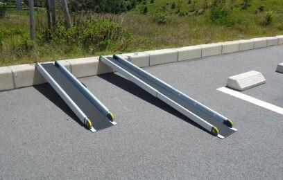 段差解消スロープ:最短1.3m 最長2mの5段階調整OK 様々な住宅環境に合わせて活用できます。無料。
