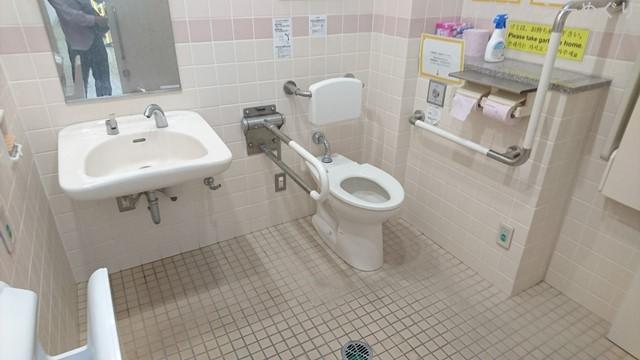 オストメイト設備はありませんでしたが、広々としたトイレです。