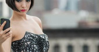 Corset digital deixa mulher pelada como simbolismo da socieda… — já clicou, né?