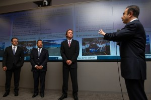 Foto 1_  Carlos Ghosn (der), José Luis Valls (centro), Armando Ávila (centro), José Román (izq)