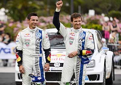 El piloto francés Sebastian Ogier (der) y su copiloto Julien Ingrassia (izq) celebran su cuarto triunfo en el FIA World Rally Championship. AFP PHOTO / ANDREAS SOLARO