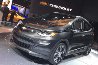 Chevrolet Bolt, 100% eléctrico gana el auto del año y espera fecha para llegar a México.