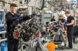 Mercedes-AMG V8-Motorenmanufaktur. ;  Mercedes-AMG V8 engine manufacturing.;