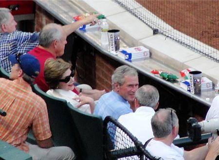 Der ehemailge Managing General Partner der Besitzergruppe und ehemalige Präsident George Walker Bush