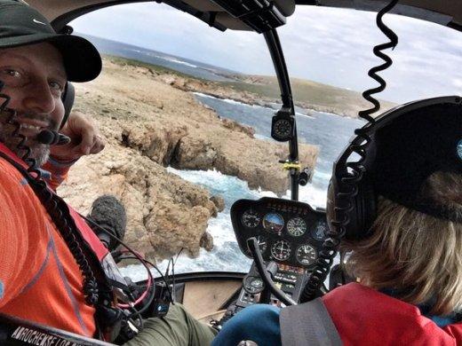 Jesús Calleja sigue sobrevolando Menorca: ahora pasa por Cavalleria y El Toro