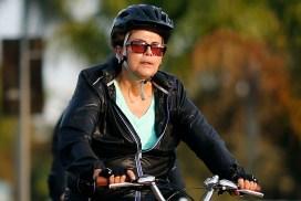 DF - DILMA/BICICLETA  - POLÍTICA - A presidente, Dilma Rousseff, acompanhada pelo general Amaro, um segurança do governo e   pelo seu personal trainer, é vista andando de bicicleta nas proximidades do Palácio da   Alvorada, e Vila Planalto, em Brasília (DF).Dilma percorreu aproximadamente seis   quilômetros, das 7 às 7h30.    25/07/2015 - Foto: DIDA SAMPAIO/ESTADÃO CONTEÚDO