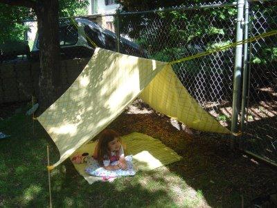 tenda con lenzuolo per giardino