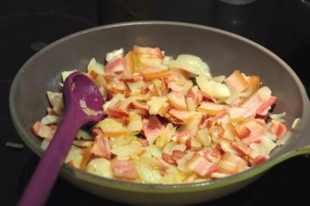 Salteando la cebolla y el bacon.