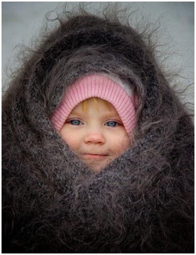 Милый ребёнок в тёплом пуховом платке