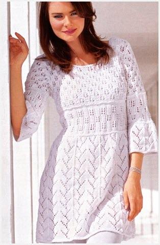 Девушка на фото в белой тунике-платье