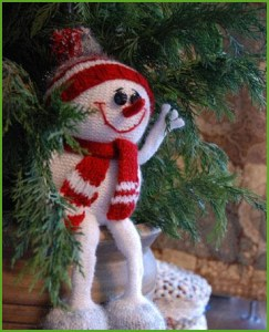 Ёлочная вязаная игрушка снеговик