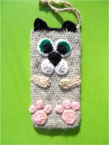 Забавный кот на вязаном чехле