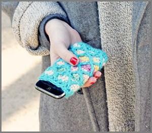 Телефон у девушки в нарядном чехле