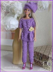 Кукла Барби в вязаном костюме и шапке