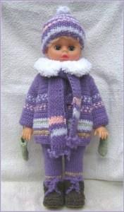 Миленькая кукла в вязаной одежде