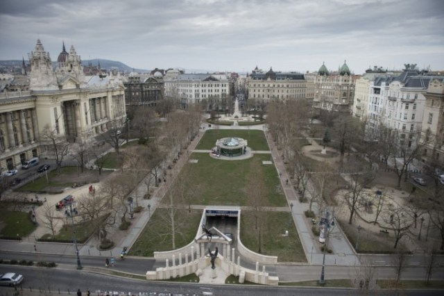 Liberty Square, with the Monument to the Victims of the German Occupation in the foreground and the Soviet War Memorial in the Background. The former Hungarian Television Headquarters is located on the left hand side and building of the US Embassy on the right. Source: Polyak Attila – origo.hu.