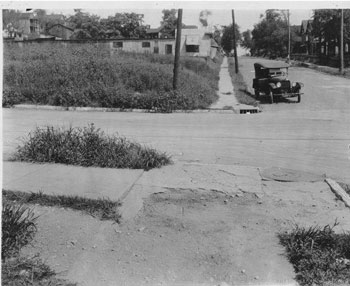 Cutline: Street scene in a residential district 1922. Courtesy Kansas City Public Library/ Missouri Valley Special Collections.
