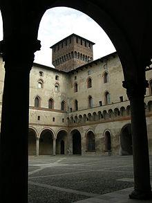 cortile della rocchetta con la torre di Bona di Savoia (foto sailko per Wikipedia)