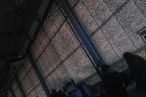 Una delle vetrate dell'ex fabbrica, rivestita di luci