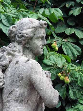 Una delle sculture del giardino