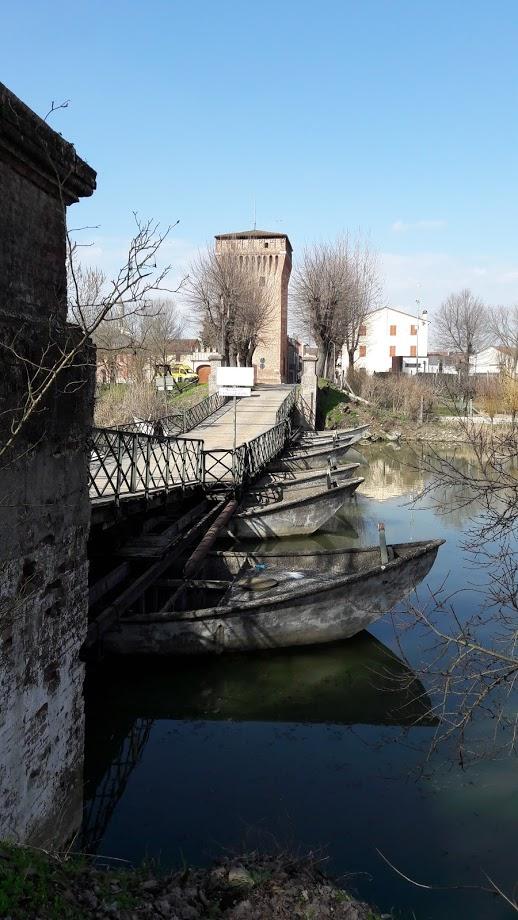 Ponte di barche sul fiume Oglio ai confini comunali (foto di Robert Ribaudo)