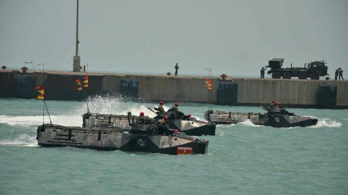 Tank Amphibi Marinir Beraksi di Pantai Merak, Ini Foto-fotonya
