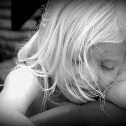 http://pixabay.com/es/niña-retrato-blanco-y-negro-cara-56721/