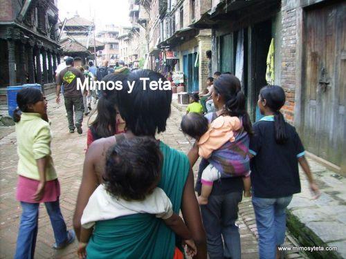Niños cargando bebés en Nepal