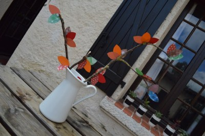 Papele, tijeras, una rama y pegamento