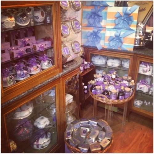 En mis paseos, cerca de Sol, tropecé con esta tienda cuyo único producto a la venta son caramelos de violetas. Estos caramelos los tenía mi abuela en una caja de cartón en el salón a la que yo solía hacer excursiones continuas.  Me dió mucha morrina volver a cruzarme con ellos