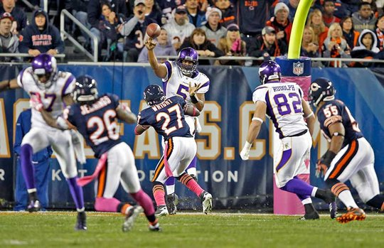 Photo of Donovan McNabb Throwing Low To Kyle Rudolph Against The Bears