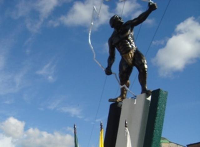 Terciando sobre la escultura del Indio de la ciudad de Mocoa