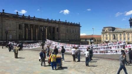 El tendedero que instalaron los jóvenes de Ojo a la Paz con el edificio del Congreso de la República de fondo Cortesía Ojo a la Paz