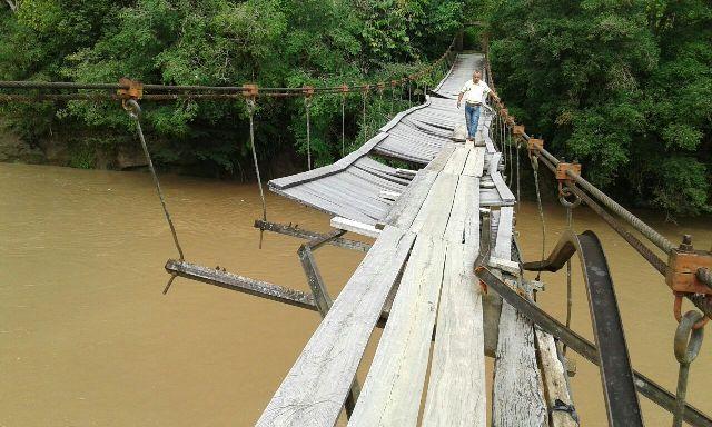 En mal estado el Puente colgante sobre el río Orito (La Balastrera del 35)