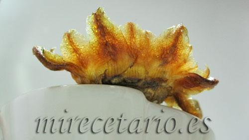 Detalle de la flor de alcachofa frita