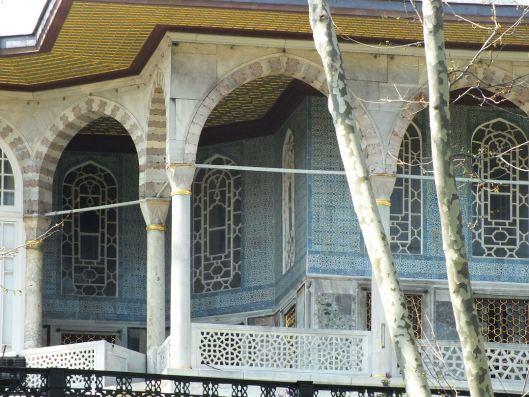 W pobliżu znajdują się budynki haremu w sułtańskim pałacu Topkapi.