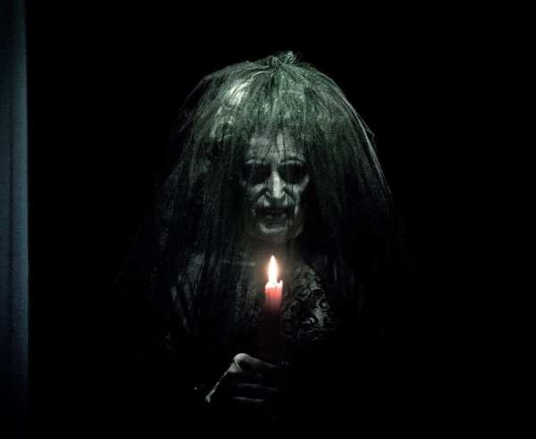 anciana fea pelo verde y vela