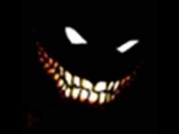 bestia sonriendo en la oscuridad