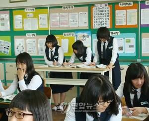 졸음 방지 책상에 서서 공부하는 한국 학생들 (출처=연합뉴스)
